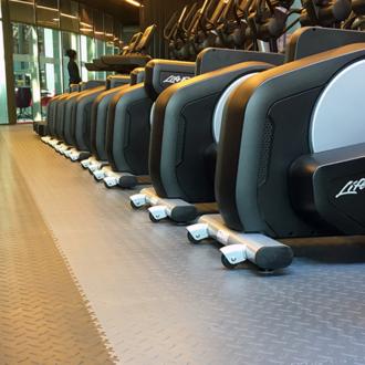 Revêtement de sol pour une salle de musculation ou un centre de fitness. Lequel choisir ?